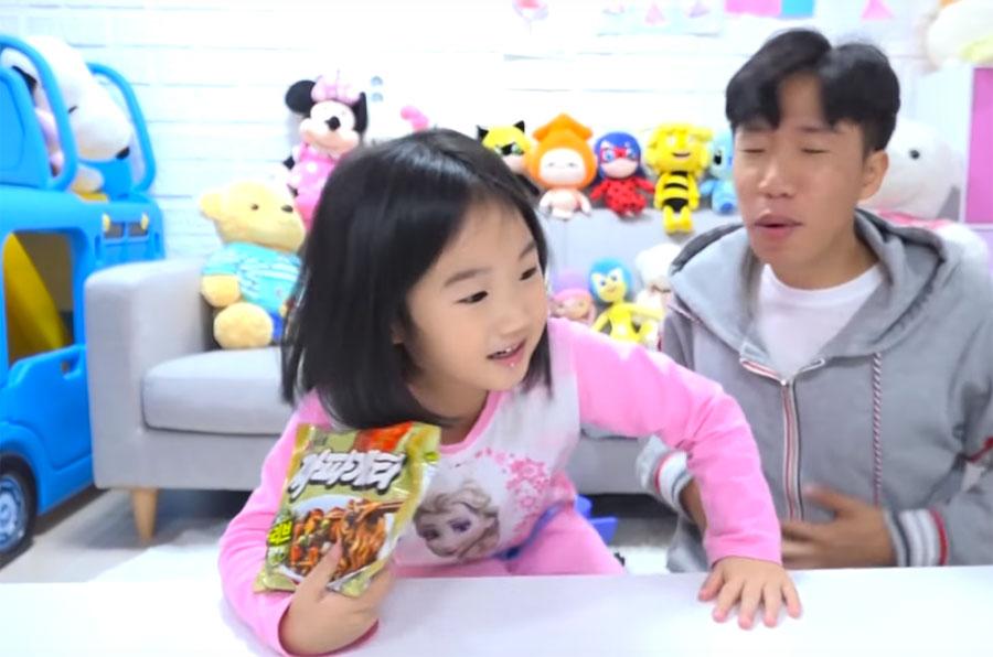 6-річна зірка YouTube, яка веде блог про іграшки, заробила $8 млн на покупку будинку - social-media