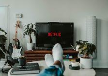 Фільми та серіали про світ технологій