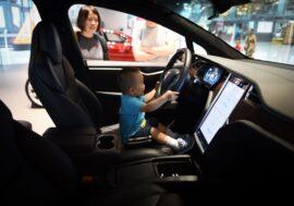 Автомобілі Tesla почнуть попереджати батьків, які залишили дітей в салоні в спеку без кондиціонера