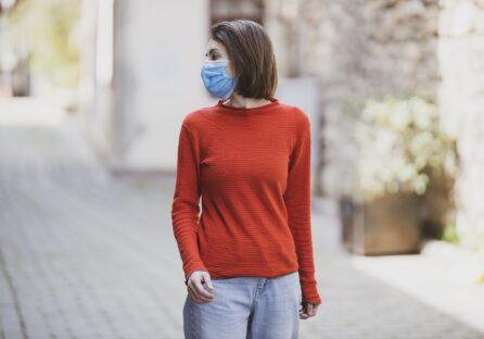 Біофізик розповів, як захиститися від коронавірусу, коли люди носять маску на підборідді
