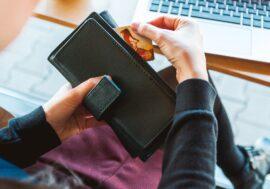 4 з 10 людей приховують від близьких свої кредитні карти, борги і заощадження