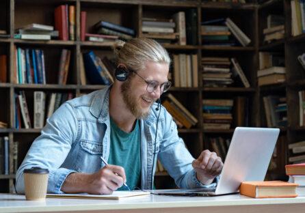 Гаджети Logitech: якісний онлайн зв'язок для відео конференцій з офісу або дому.