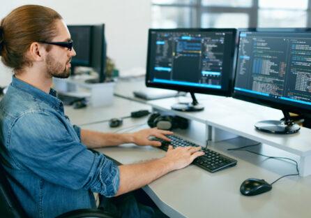Скільки заробляють українські програмісти влітку 2021: до $5600 у архітекторів